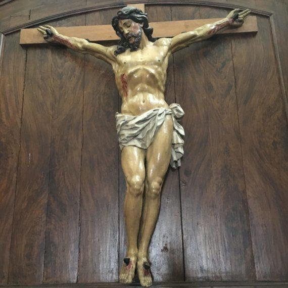 Désinsectisation d'une statue du Christ en croix