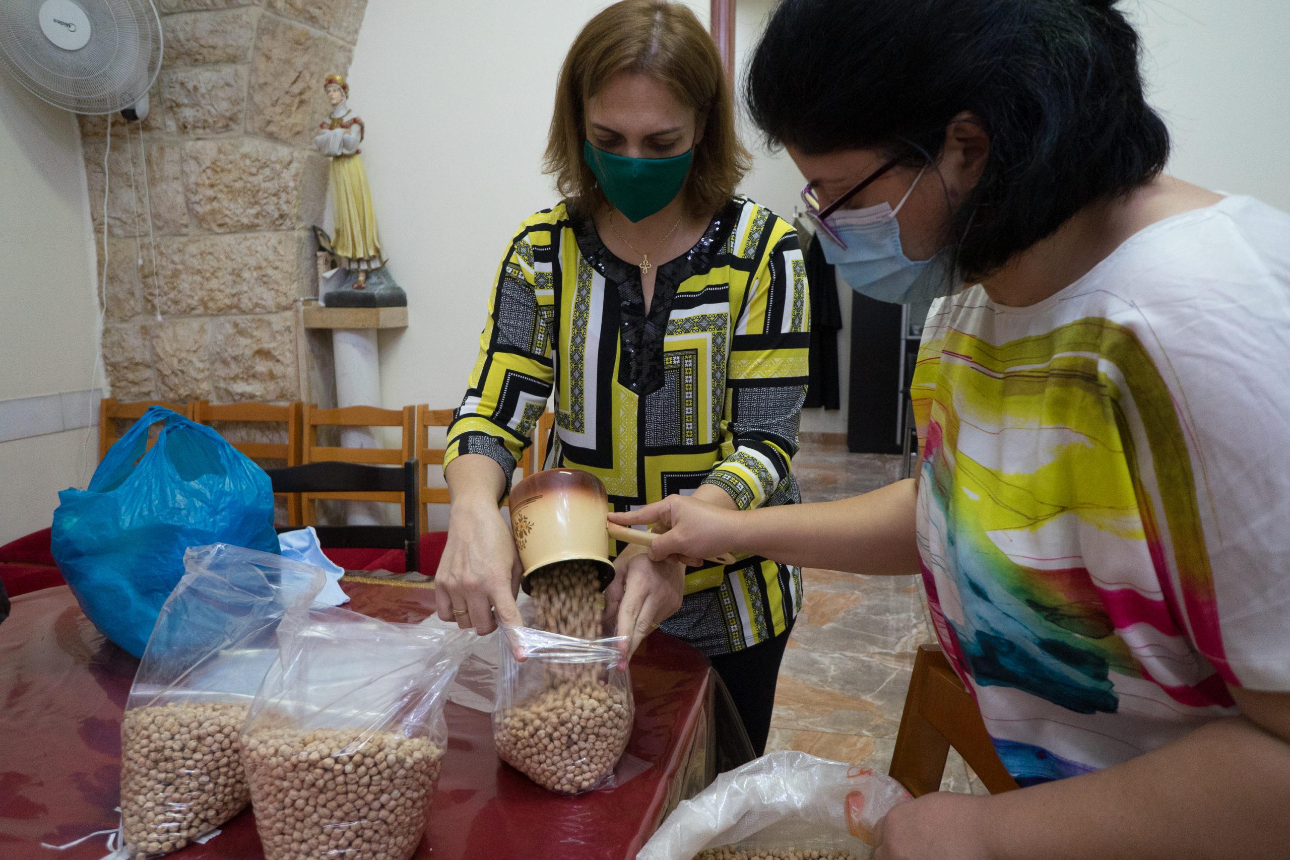 Distribution d'aliments de première nécessité dans une paroisse de Bourj Hamoud financés par la Fondation Saint-Irénée © Pascal Maguesyan, octobre 2018