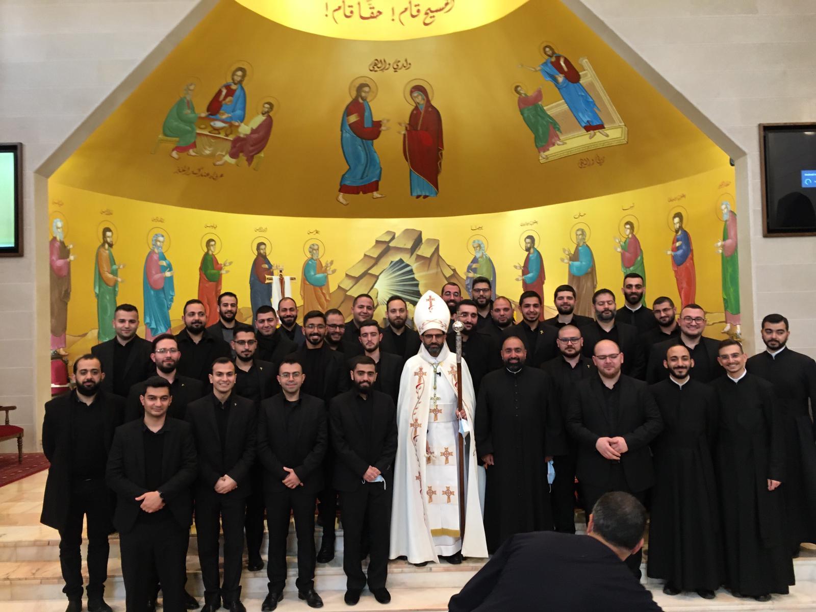Mgr Bou Najem entouré des séminaristes