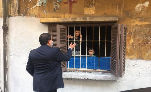 Etienne Piquet-Gauthier, directeur de la Fondation Saint-Irénée, tendant la main à des enfants libanais